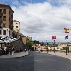 La parte del calle con la vista de la ciudad.